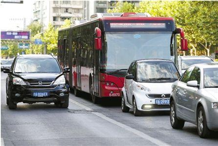 今年7月,杭州取消部分路口的公交专用车道,公交车只能与其他车辆一起排队。