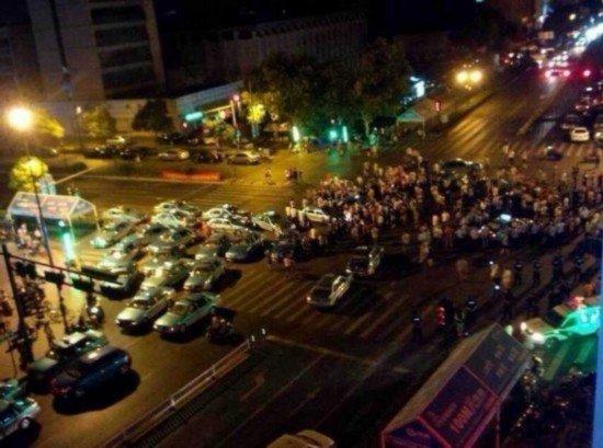 杭州街道办官员撞车后与人争执引围观 已被停职