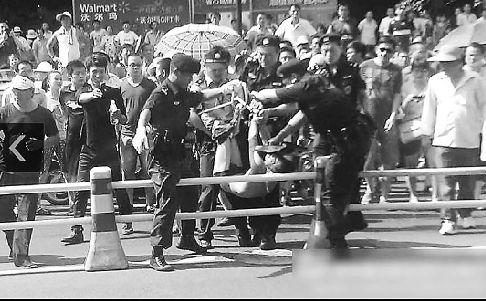 警方将持刀男子制服