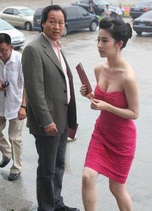 刘亦菲七夕陪干爹K歌结束后拥抱告别曝刘亦菲与干爹更多亲密照