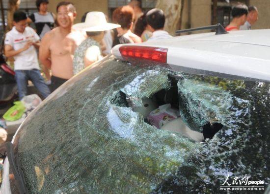 车窗玻璃被砸出一个个洞。李建林