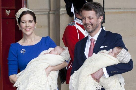 丹麦王储腓特烈和王储妃玛丽·唐纳森怀抱双胞胎