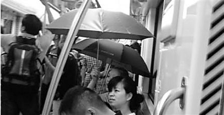 地铁有人打伞