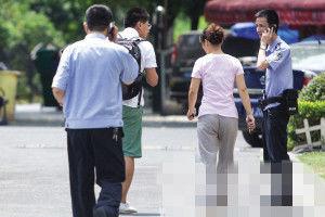 保姆到派出所协助警方调查 记者 陈中秋 摄
