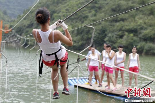 美女救护队员在进行高空索道救援训练