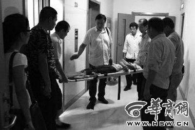 薇薇躺在楼道不吃不喝,家人打急救电话,昨晚将她强行送往医院本报记者王智摄
