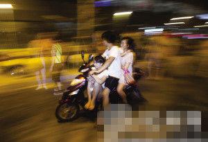 火车东站,带人的电瓶车。 记者 朱丹阳 摄