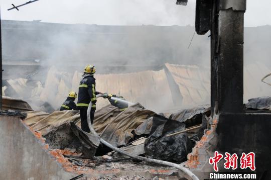 图为消防人员于今日上午9时04分左右扑灭大火。