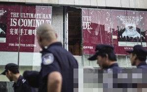 就是这块外墙玻璃掉下伤人记者 朱丹阳 摄