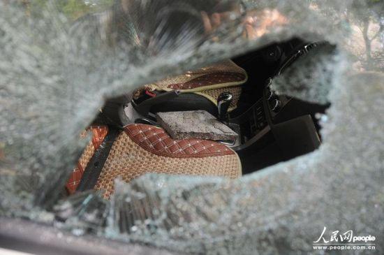 砸车的砖块留在车内。李建林