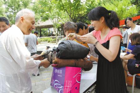 划船社区旧衣服回收公益活动场景。