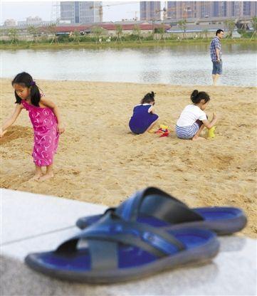 金沙湖边每天都有很多人在玩沙子。 见习记者 徐艺杭 摄