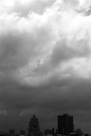"""昨天中午,受台风""""潭美""""的外围影响,宁波上空乌云密布 。"""