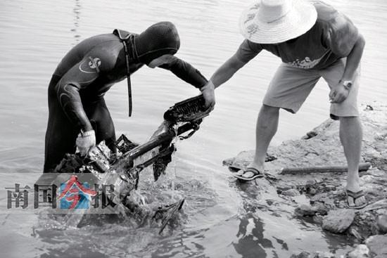 昨日下午,水塘里的肇事车碎片一一被打捞上来。