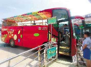 曾经风光无限的Y9敞篷公交车。