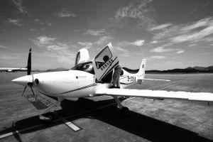 停在普陀山机场的西锐SR-20型飞机