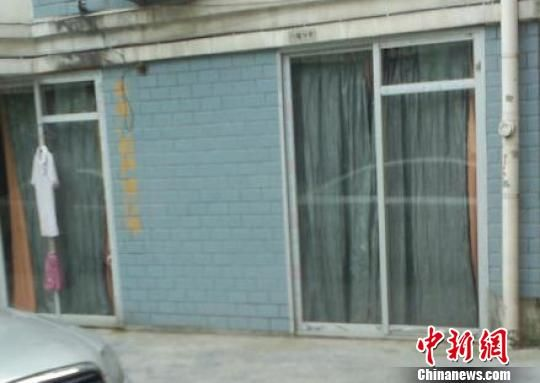车库被改成住房,住户按上了玻璃推门 微博截图 摄