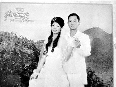 8月10日,孙华彬家里,墙上挂着他和恩雅的婚纱照。新京报记者 范春旭 翻拍