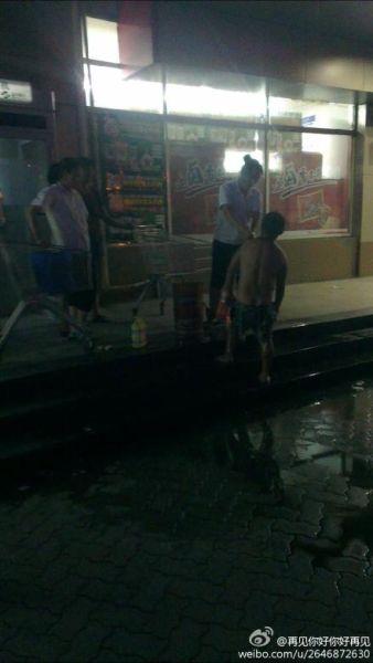嘉兴超市女员工为乞丐洗澡 图片来自网友微博