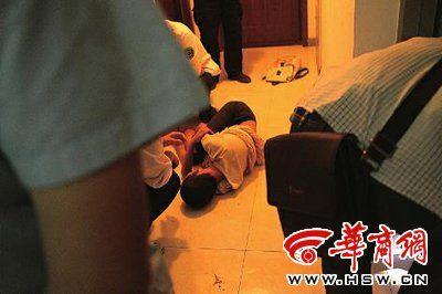昨晚9时,小区物业、心理老师、120急救人员围在楼道里不停开导躺在楼道里的薇薇,因女儿反感狂躁,薇薇的父亲躲在一旁不敢靠近本报记者王智摄