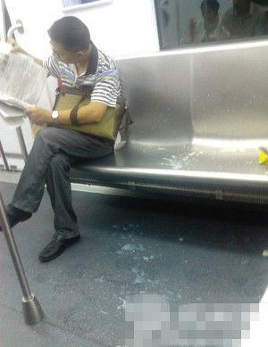 """事发后,车厢内一片狼藉。中年男在看报。网友""""青菜男一"""" 摄"""