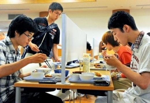 不让学生社交日本京都大学餐桌设隔板隔离(图)