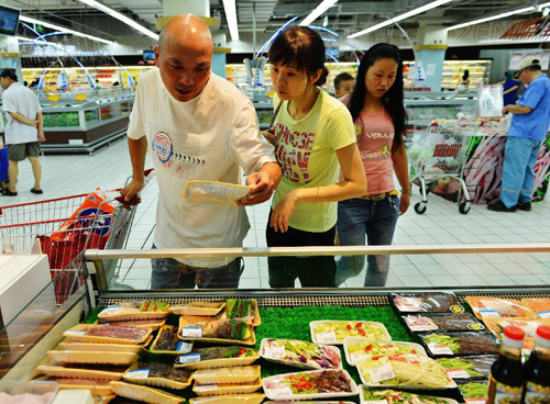 """8月14日,在杭州一家超市,顾客在选购让厨师""""代烧菜肴""""的原料。"""