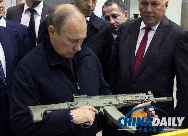 俄总统普京视察兵工厂 检查并亲自调试枪支