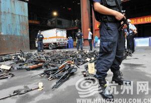 杭州警方今年收缴的各类枪支、子弹、炸药。 李勇 摄
