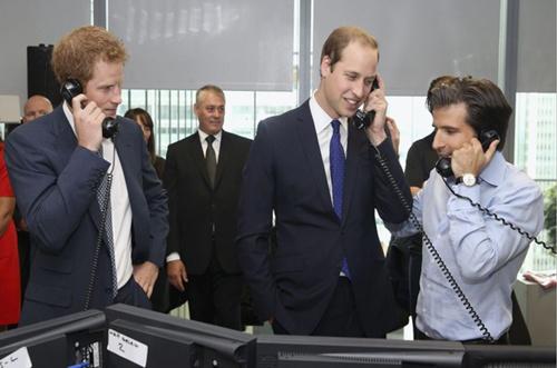 英国威廉王子与哈里王子11日暂时变身股票交易员,接听电话。