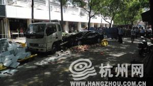 目击者说,黑色比亚迪一头撞飞一男子,又顶着这辆装着西瓜的货车往前冲了七八米。