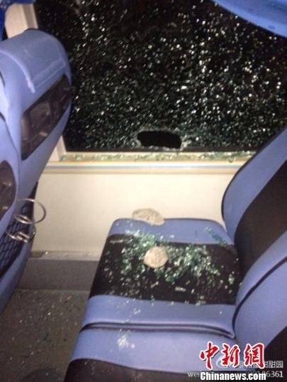 图为被砸碎的旅游大巴车窗。网友@田甜甜甜园摄