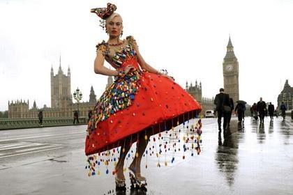 英国女孩使用五千余块积木制作独特连衣裙(图)