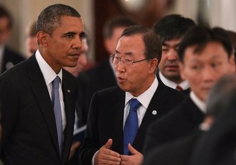 潘基文与奥巴马在晚宴上交谈
