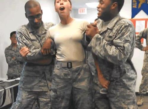 美国空军女兵训练测试抓伤男同事下体(图)