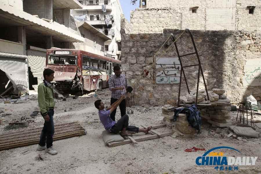 """叙反对派士兵生活悠闲 自制""""愤怒的小鸟""""装置"""