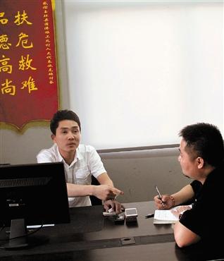 """本报记者现场采访被称为""""最美青年""""、""""中国好小伙""""的施克超。"""