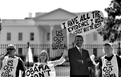 2日,反战人士在白宫前高举标语,抗议美国可能对叙动武。新华社发