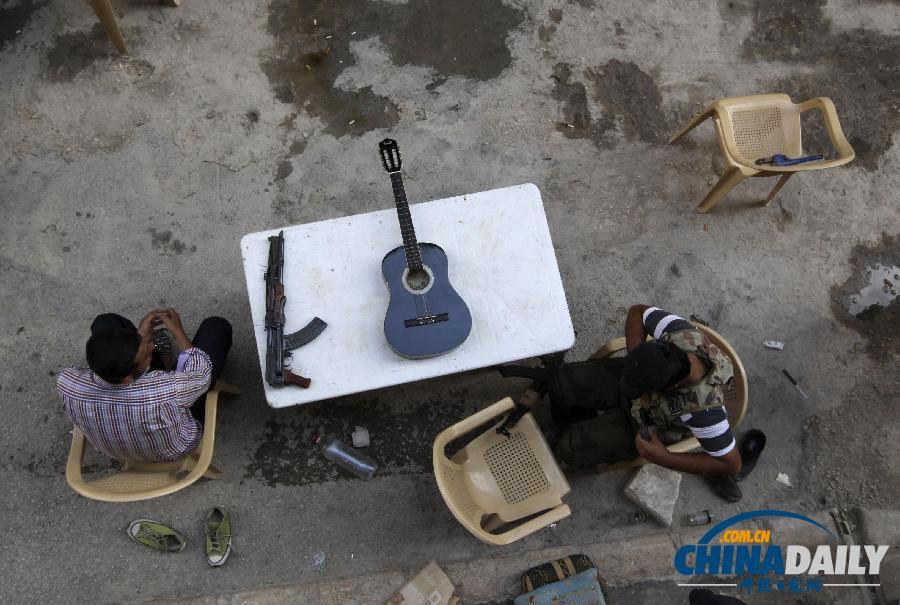 """叙利亚反对派士兵生活悠闲 自制""""愤怒的小鸟""""装置"""