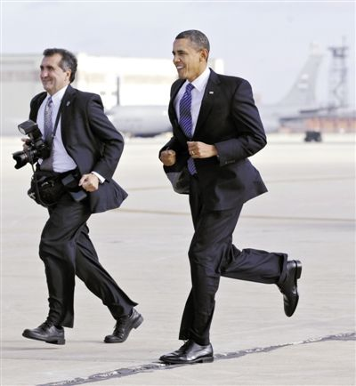 2011年11月,白宫首席摄影师索萨和奥巴马跑步前进。