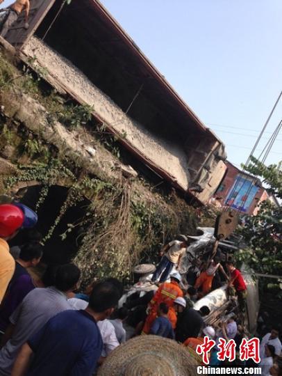 四川一客车被撞翻掉桥下车上20余人多是学生(图)