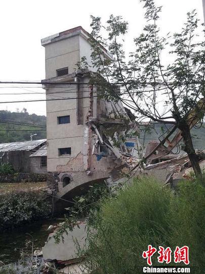 """浙江嵊州市黄泽镇许宅村""""桥上楼阁""""被拆除。 肖娜 摄"""