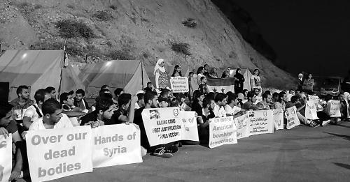 """图片说明:""""人盾""""在卡松山上抗议美国。"""