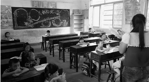复课第一天,部分教室只有十几个学生。本报记者 王益敏 摄