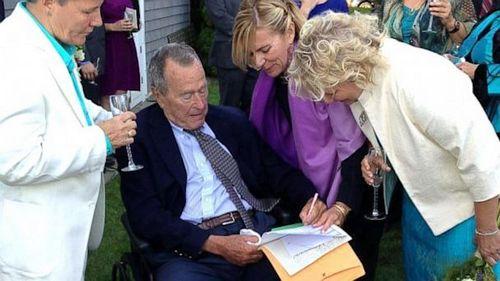 美国前总统老布什出席女同性恋婚礼并证婚(图)