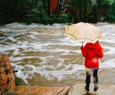 美国科罗拉多州遭洪水袭击忙抗洪已3人死亡(图)