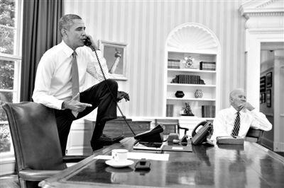 8月31日,华盛顿,奥巴马在办公室与众议院议长通话。