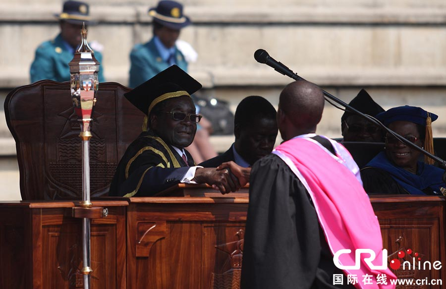 穆加贝出席大学毕业典礼 为毕业生戴学位帽