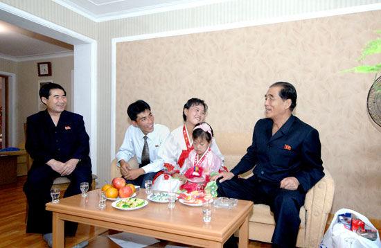 朝鲜高官看望科技工作者 愿其终生铭记国家的恩典(图)
