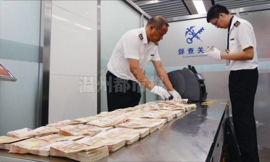 8月24日,温州海关查获一名中国国籍旅客携带30万欧元入境。图为海关工作人员正在清点现钞。 温州海关供图